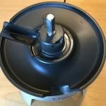 step1: 本体に絞りかす排出口カバーを取付 (置く)